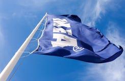 IKEA señala por medio de una bandera contra el cielo Imágenes de archivo libres de regalías