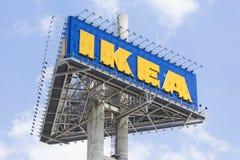 IKEA signent le conseil contre le ciel bleu Images libres de droits