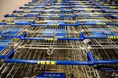 Ikea supermarketvagnar i möblemangsupermarket Arkivbild
