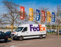 Ikea-Vlaggen en de witte bestelwagen van FEDEX Royalty-vrije Stock Afbeeldingen