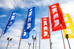 IKEA-vlaggen tegen een blauwe hemel dichtbij IKEA Samara Store Stock Fotografie