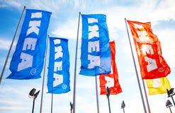 IKEA-vlaggen tegen een blauwe hemel dichtbij IKEA Samara Store Royalty-vrije Stock Afbeelding