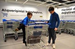 IKEA wózki na zakupy i dwa dziecka fotografia stock