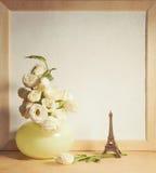 Ikebana和葡萄酒照片框架在桌上 免版税库存图片