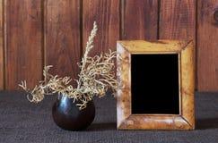 Ikebana e frame velho da foto foto de stock