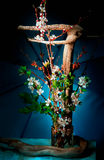 Ikebana em um fundo azul Fotos de Stock Royalty Free