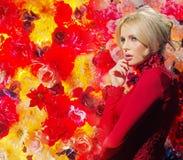 Iklädd aftonkappa för fundersam blond kvinna Royaltyfri Foto