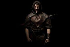 Iklädd barbar- stil för man med svärdet och mustaschen som uppsökas Royaltyfri Foto