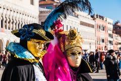 Iklädd dräkt för par på den Venedig karnevalet Royaltyfri Fotografi