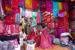 Iklädd färgrik sari för hinduiska kvinnor i indisk gatamarknad Royaltyfria Bilder