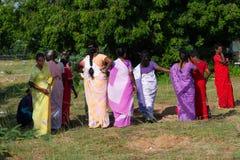 Iklädd färgrik traditionell fsari för indiska kvinnor och förbereda sig royaltyfria foton