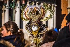 Iklädd flamboyant dräkt för person på den Venedig karnevalet Royaltyfria Bilder