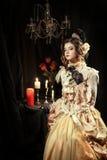 Iklädd flicka stilen av rokokor Royaltyfri Bild