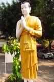 Iklädd gul buddha staty Royaltyfria Bilder
