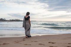 Iklädd härlig ung flicka en sari Arkivfoton