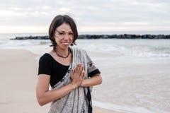 Iklädd härlig ung flicka en sari Fotografering för Bildbyråer