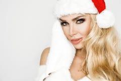 Iklädd jul för en Santa Claus för härlig sexig blond kvinnlig modell hatt arkivbilder