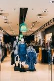 Iklädd kvinnlig tillfällig kläder för kvinnaskyltdockor Kläder på mummel royaltyfria foton