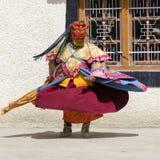Iklädd mystisk maskering för buddistiska lamor som dansar Tsam gåtadans i tid av Yuru Kabgyat den buddistiska festivalen på Lamay Arkivbilder