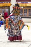 Iklädd mystisk maskering för buddistiska lamor som dansar Tsam gåtadans i tid av Yuru Kabgyat den buddistiska festivalen på Lamay Royaltyfri Fotografi