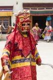 Iklädd mystisk maskering för buddistiska lamor som dansar Tsam gåtadans i tid av Yuru Kabgyat den buddistiska festivalen på Lamay Arkivfoton