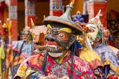 Iklädd mystisk maskering för buddistiska lamor som dansar Tsam gåtadans i tid av Yuru Kabgyat den buddistiska festivalen på Lamay Royaltyfria Foton