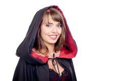 Iklädd nätt flicka en svart udde för halloween arkivbilder