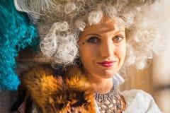Iklädd perioddräkt för nätt modell på den Venedig karnevalet Royaltyfri Foto