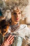 Iklädd perioddräkt för ung kvinnlig modell på den Venedig karnevalet Royaltyfri Fotografi