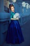 Iklädd rokokostil för härlig caucasian flicka Royaltyfri Bild
