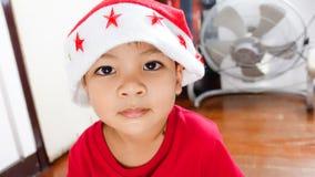 Iklädd Santa Claus för asiatisk pojke dräkt Arkivfoto