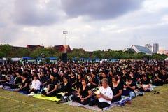 Iklädd svart för thailändskt folk, som de sitter och väntar i linje för att erbjuda beklagande för den sena konungen Bhumibol Adu arkivfoto