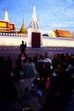 Iklädd svart för thailändskt folk, som de sitter och väntar i linje för att erbjuda beklagande för den sena konungen Bhumibol Adu arkivbild