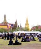 Iklädd svart för thailändskt folk, som de sitter och väntar i linje för att erbjuda beklagande för den sena konungen Bhumibol Adu fotografering för bildbyråer