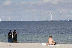 Iklädd traditionell islamisk klänning för kvinnor på stranden Fotografering för Bildbyråer