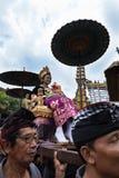 Iklädd traditionell kläder för Balinesekvinna som bärs på en triumfvagn i Ubud, Bali under den kungafamiljenbegravning2nd mars 20 fotografering för bildbyråer
