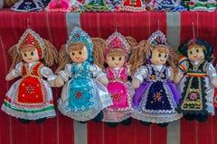 Iklädd traditionell ungrare för dockor och rumänsk folkdräkt fotografering för bildbyråer