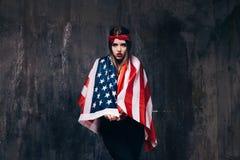 Iklädd USA för flicka flagga på mörk bakgrund Royaltyfria Foton
