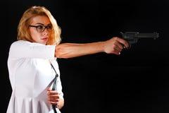 Iklädd vit för kvinna med vapnet fotografering för bildbyråer