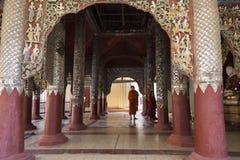 Iklädda ämbetsdräkter för munkar som besöker den rikt dekorerade Ananda templet i Bagan royaltyfri fotografi