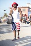 Iklädda patriotiska kläder för man som promenerar strandpromenaden Royaltyfria Foton