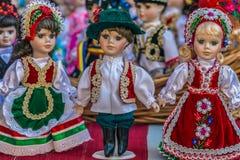 Iklädda traditionella ungerska folkdräkter för dockor arkivfoto
