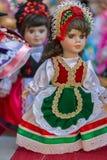 Iklädda traditionella ungerska folkdräkter för dockor arkivfoton