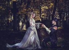 Iklätt bröllop beklär romantiska levande dödpar Royaltyfria Foton
