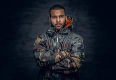 Iklätt militärt omslag för svart man Royaltyfri Fotografi