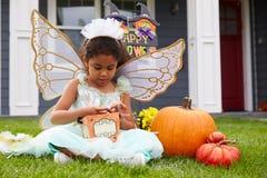 Iklätt trick för flicka eller behandling av den felika dräkten på gräsmatta Royaltyfri Bild