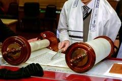 Iklädda rituella kläder för judisk man Arkivbild