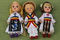 Iklädda traditionella folkdräkter för dockor. Royaltyfri Foto