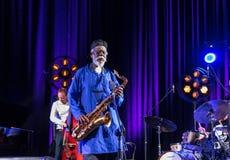 Ikona światowy jazz - Pharoah Sanders ikona Quartetet żywy na scenie Kijow Centre przy lato festiwalem jazzowym w Krakow Zdjęcie Royalty Free
