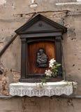 Ikone auf der Wand eines Hauses in Venedig Die Ikone stellt St Anthony und das Kind dar Stockbilder